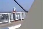 Giải cứu thành công một phụ nữ định nhảy cầu Bính tự tử