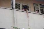 Ban công chung cư - hiểm họa cho trẻ nhỏ