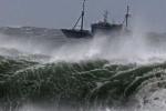 Hàng trăm khách du lịch mắc kẹt tại đảo Cô Tô do bão số 1