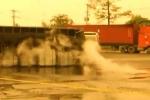 Video: Kinh hoàng lật xe bồn, 5000 lít a-xít tràn ra đường