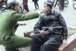 Chiến sĩ công an bón mỳ cho người ngất xỉu bên đường gây xúc động mạnh