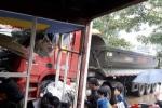 Xe tải lao vào nhà dân, nghiền nát nhiều xe máy và ô tô