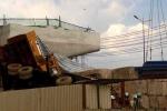 Cần cẩu hàng chục tấn thi công tuyến đường sắt Metro Sài Gòn đổ sập