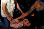 Chồng đau đớn nhìn 3 tên cướp làm nhục vợ