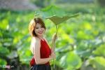 Thiếu nữ Hà thành đội nắng tạo dáng bên sen đầu mùa