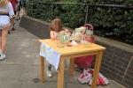 Bé gái 5 tuổi òa khóc khi bị phạt tiền vì 'kinh doanh trái phép'