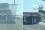 Video: Không vượt nổi xe tải, tài xế lái container đâm xuyên thành cầu
