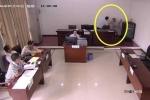 Trung Quốc: Người đàn ông 'giải quyết nỗi buồn' giữa phòng xử án