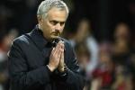 Mourinho chắp tay xin lỗi khán giả, Ibrahimovic bị chỉ trích