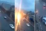 Đang lưu thông, ô tô bị sét đánh tóe lửa