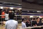 Video: Đám đông chung tay đẩy tàu điện cứu người kẹt vào đường ray