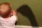 Em bé sợ hãi cái bóng của mẹ