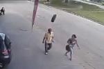 Lốp ô tô 'trên trời rơi trúng', người đàn ông đen đủi bị trọng thương