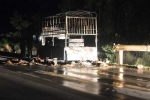 Xe tải bốc cháy dữ dội trên quốc lộ ở Quảng Bình