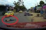 Vượt ẩu, thanh niên đi xe máy 'mài' mặt xuống đường