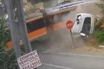 Liều lĩnh băng qua đường ngang, xe tải tan tành sau va chạm với tàu hỏa