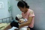 Một phút sơ sẩy của mẹ, con trai 11 tháng tuổi bị ấm nước sôi dội xuống đầu