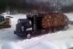 Há hốc miệng với màn bốc dỡ gỗ 'nhẹ tựa lông hồng' của xe tải
