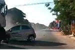Ô tô bất cẩn rẽ làn không xi nhan, xe tải tông bay trên đường