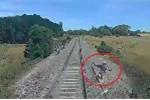 Biker nhảy khỏi môtô mắc kẹt trên đường ray, thoát chết trong gang tấc