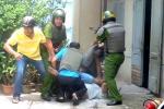 Người đàn ông đâm cảnh sát, cố thủ trong nhà suốt 3 giờ