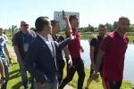 Ronaldo ném micro phóng viên xuống hồ để trả thù xưa