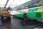 Xe buýt sụt xuống 'hố tử thần', nhiều hành khách hoảng loạn