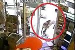 Cầm súng đi cướp bị chủ cửa hàng xua chó ra đuổi chạy trối chết