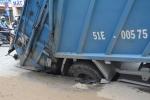 Xe rác chôn chân dưới 'hố tử thần' ở Sài Gòn