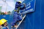 Lắp biển chỉ dẫn giao thông bằng song ngữ Việt-Anh ở TP.HCM