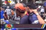 Video: Dân quăng ống nước quật ngã tên cướp thủ dao trong người ở Bình Dương