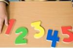 Chỉ với cúc áo và cốc, mẹ dạy con lớp 1 học toán 'dễ như ăn kẹo'