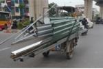 Video: Xe 'máy chém' lại ngang nhiên hoành hành trên phố Thủ đô