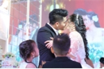 Video: Lê Phương hôn Trung Kiên say đắm trước mặt con trai trong lễ cưới ở Trà Vinh