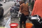 Rùng mình cảnh dùng chân rửa lòng lợn trên phố