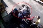 Clip: Cướp điện thoại trong 'nửa nốt nhạc', người phụ nữ 'đứng hình' giữa phố Sài Gòn