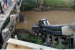 Tránh ô tô đi ngược chiều, xe đầu kéo lao xuống suối