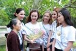 Người đẹp Hoa hậu Bản sắc Việt toàn cầu thích thú với cây ổi 'biết cười'