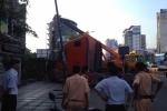 Xe container đâm sập nhà dân, bốc khói nghi ngút