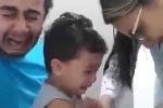 Phì cười clip bố khóc như mưa khi con trai bị tiêm