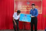 Bi thu Doan PVN trao so tien XD Nha nhan ai cho ong Nguyen Van Bay