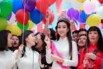 Hoa hậu Đỗ Mỹ Linh mặc áo dài trắng về trường cũ ngày khai giảng