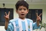 Fan nhí đáng yêu quấn lấy Messi trên sân bóng