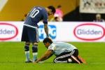 Fan cuồng lao vào sân quỳ lạy xin chữ ký Messi