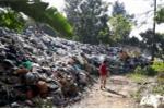 'Núi' rác thải và xác chết động vật bốc mùi hôi thối sát vách nhà dân