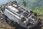 Xe con tông cột mốc, 3 người trong một gia đình thương vong