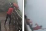 Video: Trèo qua rào chắn thác nước, du khách trượt chân chết thảm