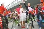 Chán ô tô đắt tiền, cặp đôi rước dâu bằng xe đạp