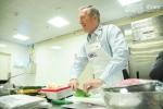 Video: Đại sứ Mỹ mặc tạp dề vào bếp nấu món truyền thống