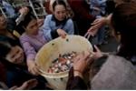 Hàng nghìn người phóng sinh gần 10 tấn cá xuống sông Hồng